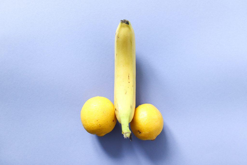 A banana in between two lemons.